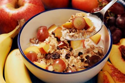 Pomembno je, da zajtrk ni pretežak ter da vsebuje dovolj vitaminov in vlaknin, ki bodo vaš metabolizem spravile v tek, hkrati pa telo napolnile z energijo. Zdrav zajtrk tako vključuje polnozrnate kosmiče ali kruh, jogurt, surovo sadje in zelenjavo.